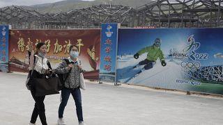 زائرتان في تشونغلي، إحدى الأماكن التي ستنظم فيها ألعاب بيكين الأولمبية الشتوية 2022. 2020/08/17