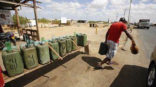 Vente d'essence en Colombie, près de la frontière vénézuélienne