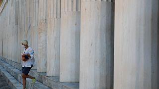 Une visiteuse ressort par la stoa d'Attale dans l'agora d'Athènes le 11 août 2020
