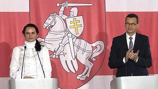 Líder da oposição bielorrussa Svetlana Tikhanovskaia com o primeiro-ministro polaco