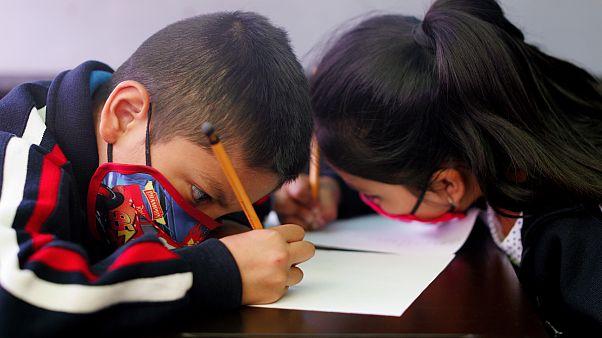 Gyerekek tanulnak Mexikóvárosban