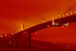 Le Golden Gate Bridge à San Francisco, s, le mercredi 9 septembre 2020, sous un ciel teinté d'orange causé par les incendies