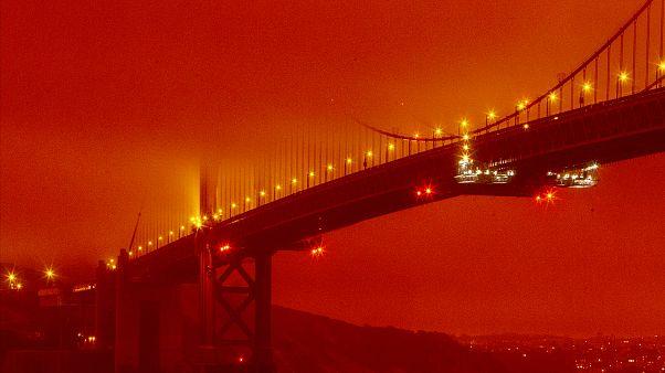 جسر البوابة الذهبية في سان فرانسيسكو وسط لون برتقالي دخاني ناتج عن حرائق الغابات المستمرة.