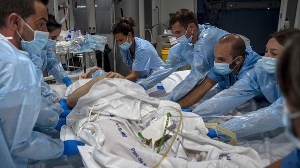 """وحدة العناية المركزة في """"مستشفى ديل مار"""" في برشلونة في إسبانيا"""
