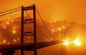 Pont de Bidwell Bar, avec en arrière-plan, les flammes de l'incendie d'Oroville en Californie, le 9 septembre 2020