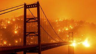 Пламя подошло вплотную к жилым кварталам калифорнийского Сан-Франциско