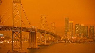 San Francisco cubierto por la bruma anaranjada fruto de los incendios