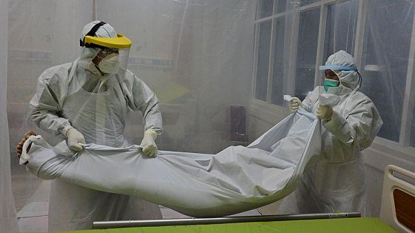 Des agents hospitaliers prenant en charge le corps d'un patient ayant succombé de la Covid-19 dans un hôpital de Bogor en Indonésie, le 9 septembre 2020