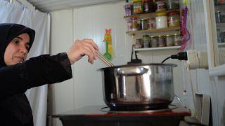 Yemek yapan Suriyeli kadın (arşiv)