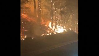 Oregon, lo spettacolare video di un automobilista in mezzo al fuoco