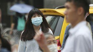 الناس يلبسون الكمامات حماية لأنفسهم من انتشار فيروس كورونا في شوارع تايبيه في تايوان. 2020/09/10