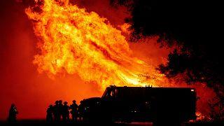 Pompiers lutant contre les flammes à Oroville, en Californie, le 9 septembre 2020
