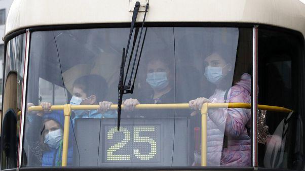 Maszkos utasok egy prágai villamoson 2020. szeptember 1-én