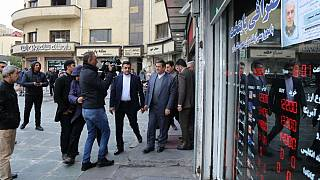 عبدالناصر همتی، رئیس کل بانک مرکزی ایران در بازدید آبان ۱۳۹۸ از صرافیهای تهران