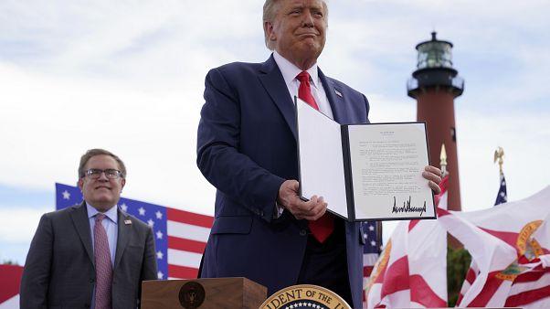 El presidente Donald Trump sostiene un memorándum firmado para expandir la moratoria de perforación costa afuera a la costa atlántica de Florida, el 8 de septiembre de 2020.