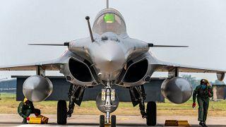 """مقاتلة فرنسية من طراز """"رافال"""" وقربها أحد الطيارين من الجيش الهندي"""