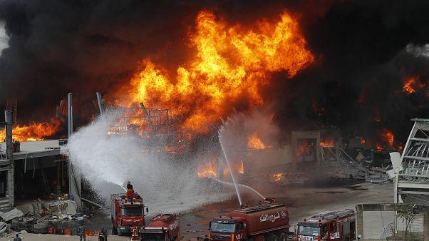 Se declara un gran incendio sobre las ruinas del puerto de Beirut