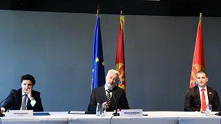 A Montenegró Jövőjéért elnevezésű koalíció vezetői az uniós zászló előtt – középen Zdravko Krivokapić