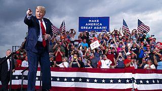 Le président Donald Trump arrive pour prendre la parole lors d'un meeting de campagne à l'aéroport Smith Reynolds, mardi 8 septembre 2020, en Caroline du Nord.