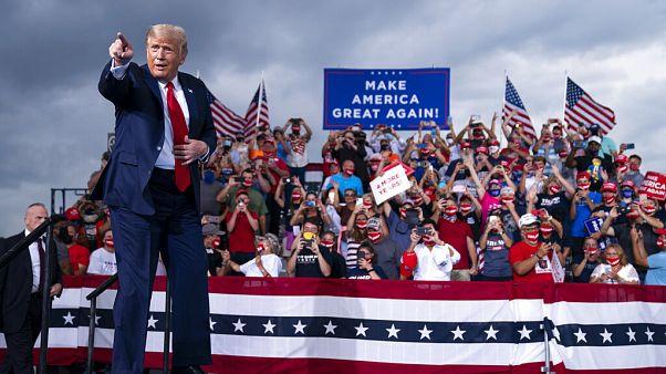 El presidente Donald Trump llega para hablar en un mitin de campaña en el aeropuerto Smith Reynolds el martes 8 de septiembre de 2020, en Carolina del Norte.