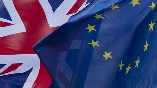 پرچمهای بریتانیا و اتحادیه اروپا در فضای خارج ساختمان کمیسیون اروپا در سال ۲۰۱۷
