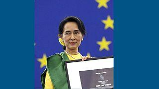 آنگ سان سو چی در سال ۲۰۱۳ جایزه ساخاروف سال ۱۹۹۰ را در پارلمان اروپا دریافت کرد