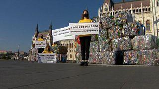 Greenpeace-Aktion: PET-Plastikberge vor dem Parlamentsgebäude in Budapest