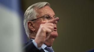 Michel Barnier punta il dito su Boris Johnson.