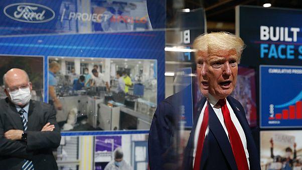 Trump egy michigani Ford üzemben, amely orvosi felszerelések gyártására állt át
