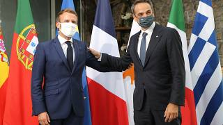 El presidente francés Emmanuel Macron recibe al primer ministro griego, Kyriakos Mitsotakis, a su llegada a la cumbre
