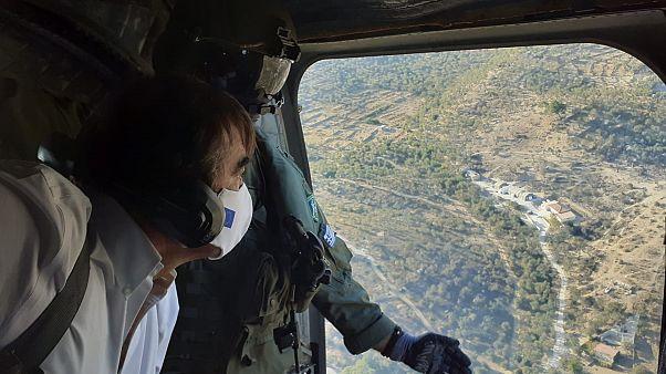 Ο Μαργαρίτης Σχοινάς πετά με ελικόπτερο πάνω από τη Μόρια