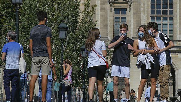Fransa'nın başkenti Paris'teki Louvre Müzesi önünde bekleyen vatandaşlar