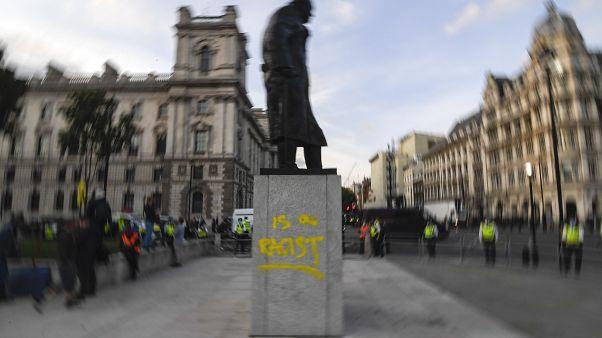 روی مجسمه چرچیل در میدان پارلمان لندن نوشته شده: او یک نژادپرست است