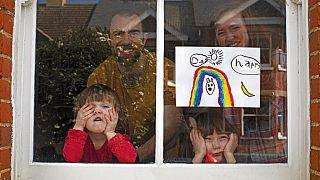 a kép illusztráció (egy angol család a tavaszi karantén idején)
