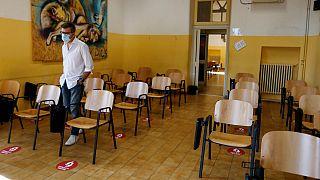 Nova disposição das cadeiras na sala de aula de uma escola em Roma
