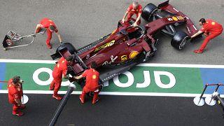 """Une Ferrari SF1000 en livrée spéciale """"1 000e Grand prix"""" sur le circuit de Mugello en Toscane dans le centre d'Italie, le 10 septembre 2010."""