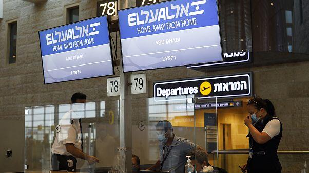 شاشة تعرض رقم رحلة طائرة شركة الخطوط الجوية الإسرائيلية العال التي ستنقل وفدين إسرائيليين وأمريكيين إلى أبو ظبي