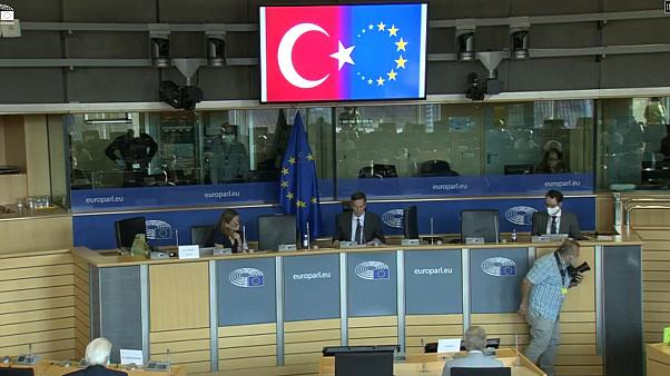 Avrupa Parlamentosu'nda Türkiye bayrağının AB bayrağı ile birlikte gösterilmesi Alman vekilin tepkisini çekti