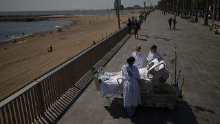 یک بیمار مبتلا به ویروس کرونا در اسپانیا که به توصیه پزشکان مدتی به کنار ساحل منتقل میشود