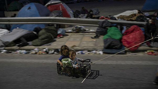 Πρόσφυγες και μετανάστες στο δρόμο έξω από την πόλη της Μυτιλήνης