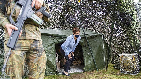 Verteidigungsministerin Annegret Kramp-Karrenbauer verlässt ein Zelt während des Besuchs des I. Deutsch-Niederländischen Korps in Münster, 4.9.2020