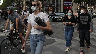 أناس يمشون في باريس وهم يرتدون كمامات لحماية أنفسهم من كوفيد-19. 2020/09/10