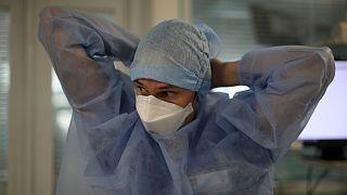 ممرضة فرنسية تضع بدلتها في قاعة مخصصة لمعالجة المصابين بكوفيدـ19 في مدينة مرسيليا. 2020/09/10