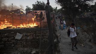 حريق نشب في مخيم للاجئين في اليونان