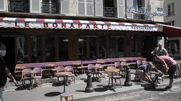 Üres kávézó Franciaországban