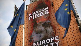 Bannière de Greepeace sur le bâtiment de la Commission européenne