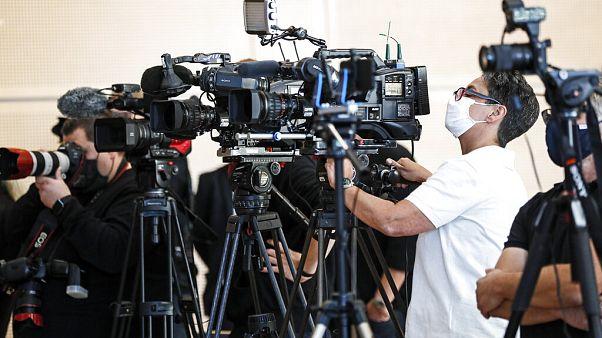 Fernseh-Kameras bei einer Pressekonferenz im Kölner Polizeipräsidium über bundesweite Razzien gegen Kinderpornographie, 2.9.2020