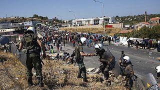 Tausende ehemalige Bewohner des Camps Moria verusuchten, den zentralen Hafen auf Lesbos zu erreichen