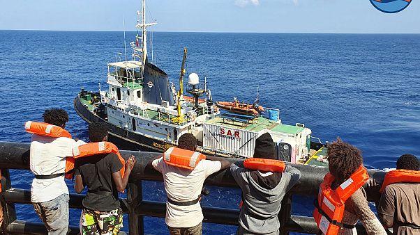 Illustration / des migrants à bord du pétrolier danois Maersk Etienne, attendent d'être transférés sur un navire , le 11 septembre 2020, en mer méditerranée