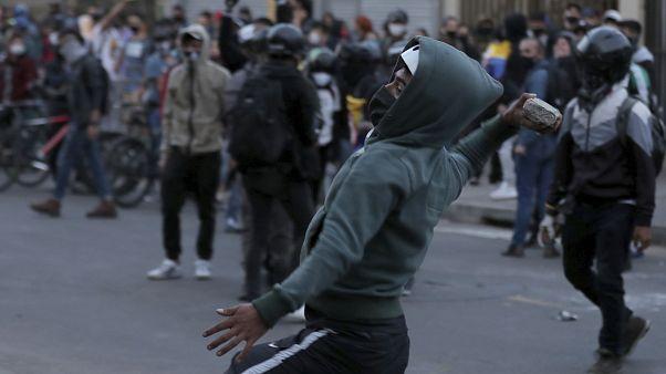 Un manifestante lanza piedras a la policía durante una de las protestas en Bogotá